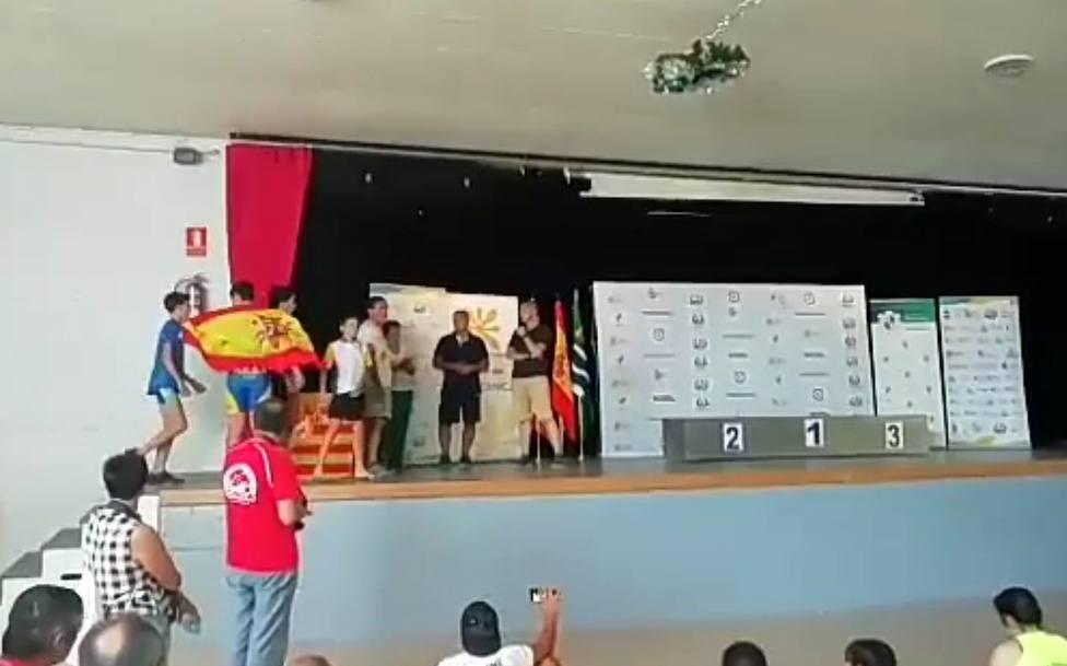 Impiden a dos piragüistas sevillanos recoger sus medallas por llevar la bandera de España