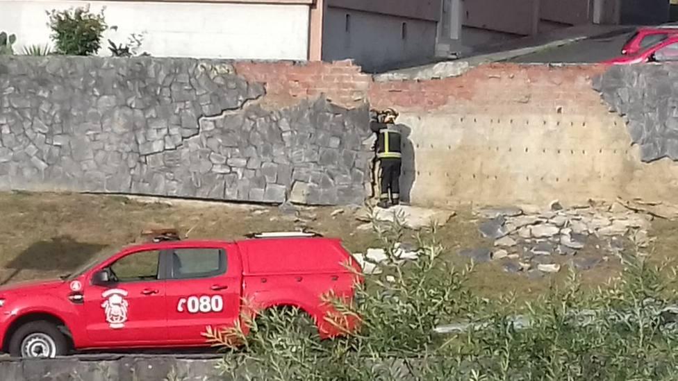 Un efectivo de los Bomberos de Ferrol trabajando en la zona del desprendimiento - FOTO: B. R.