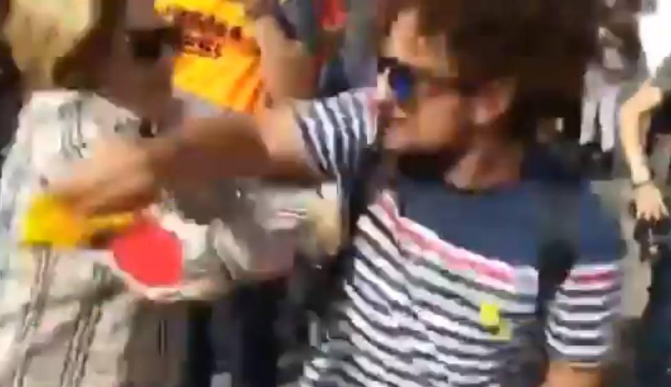 La brutal agresión de un independentista a una señora mayor por llevar la bandera de España