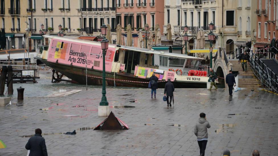 Un ferry varado en los muelles de Venecia por las inundaciones