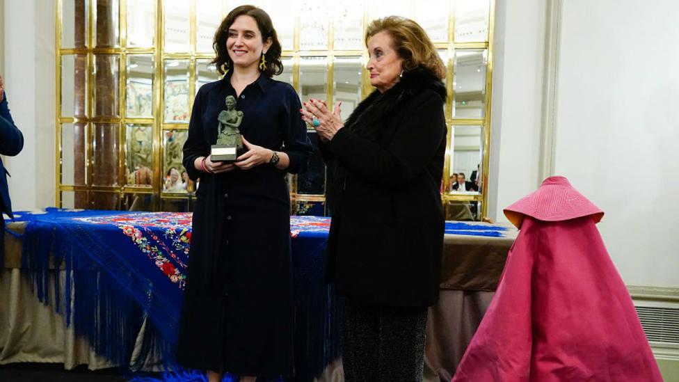 Isabel Díaz Ayuso recogiendo el premio Goyesca del año de manos de Mari Ángeles Sanz