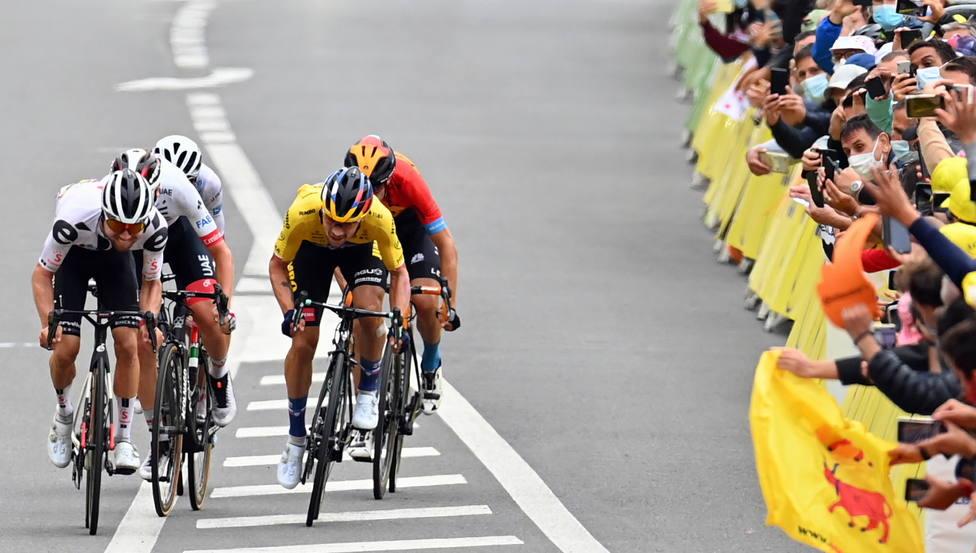 Ningún ciclista del Tour da positivo por coronavirus, pero sí su director