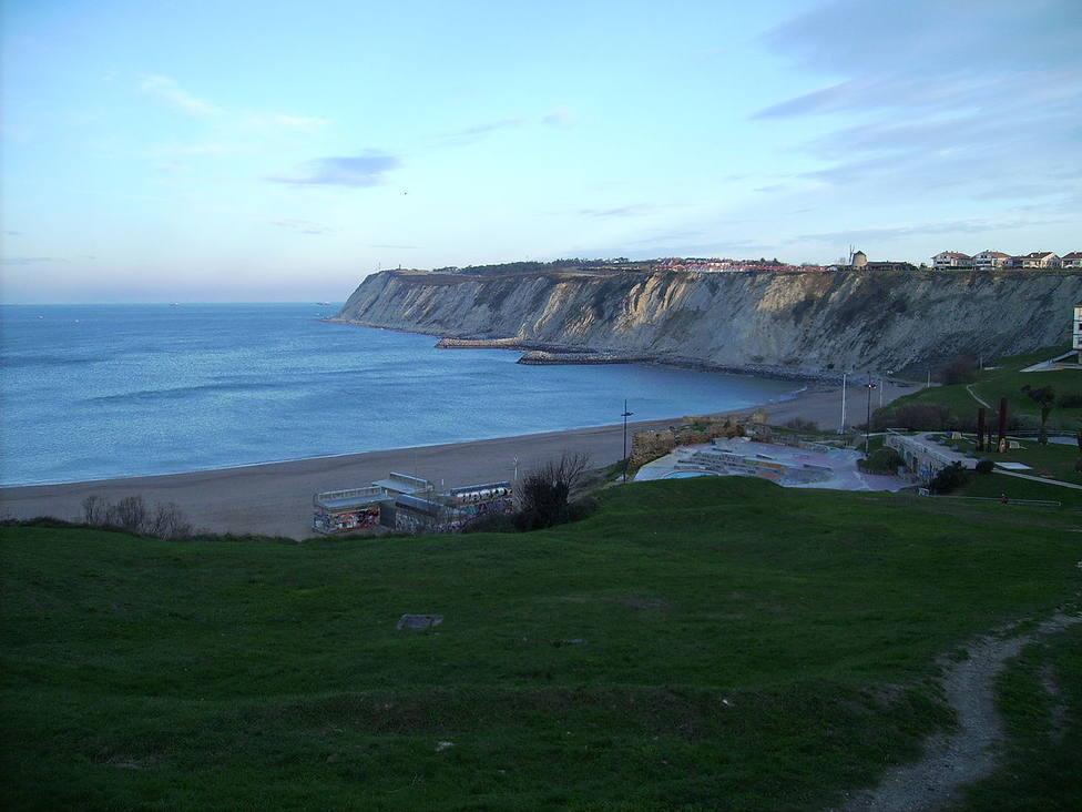 Cuelan el Cara al Sol por la megafonía de una playa del País Vasco