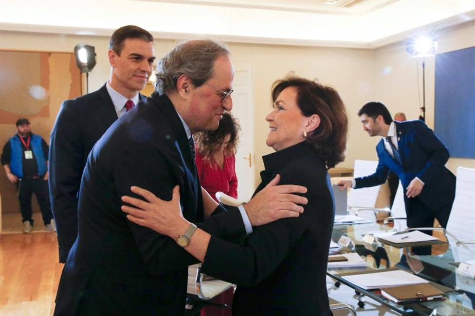 Calvo y Torra se saludan antes del comienzo de la primera reunión de la mesa de diálogo para Cataluña