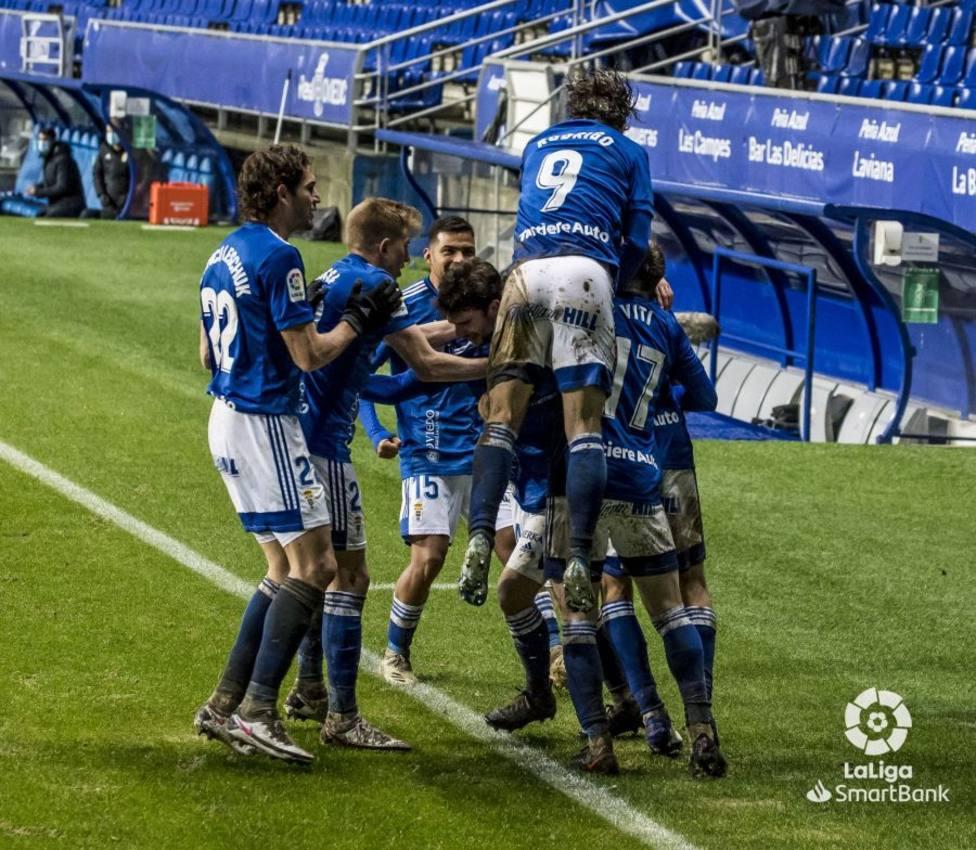 Los futbolistas del Real Oviedo celebran el tanto de Arribas