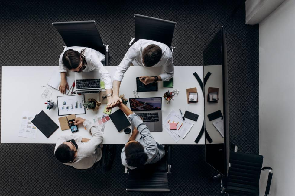 Trabajadores en una oficina cerrada