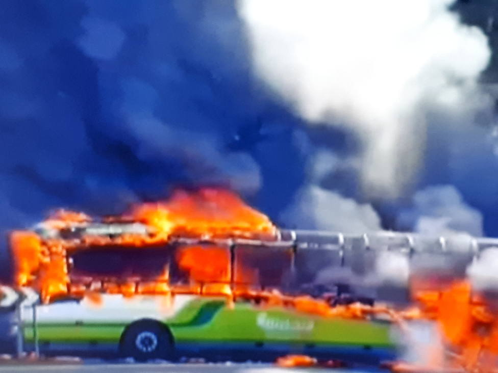 Autobús en llamas