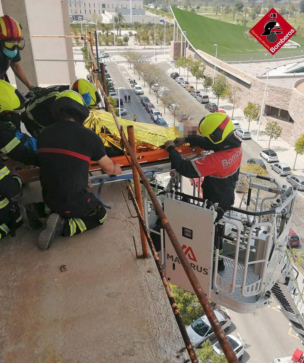 Un trabajador, herido tras caer por unas escaleras en un edificio en obras de Elche