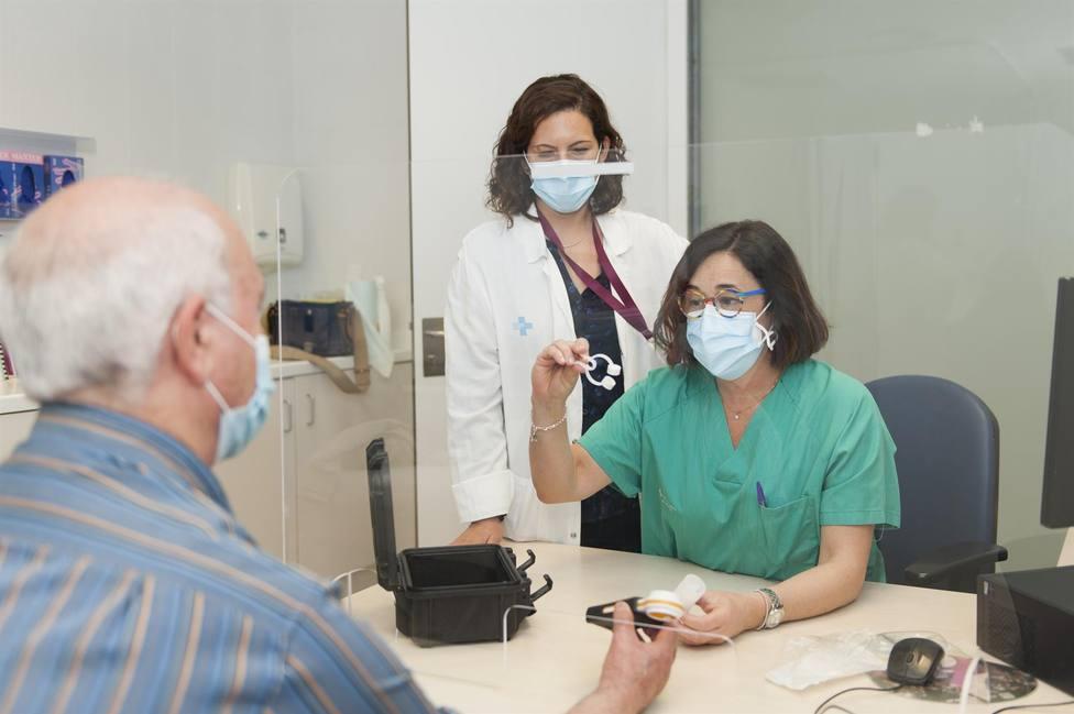 Los profesionales informan a un paciente sobre el uso de la espirometría a domicilio - HOSPITAL DE BELLVITGE