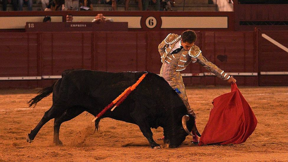 Natural de Ginés Marín durante su faena al quinto toro de Domingo Hernández en Arévalo