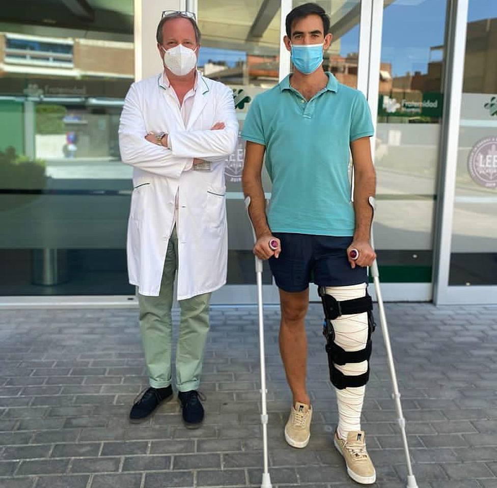 El doctor Vicente Díez junto a Fortes tras recibir el alta en La Fraternidad de Madrid