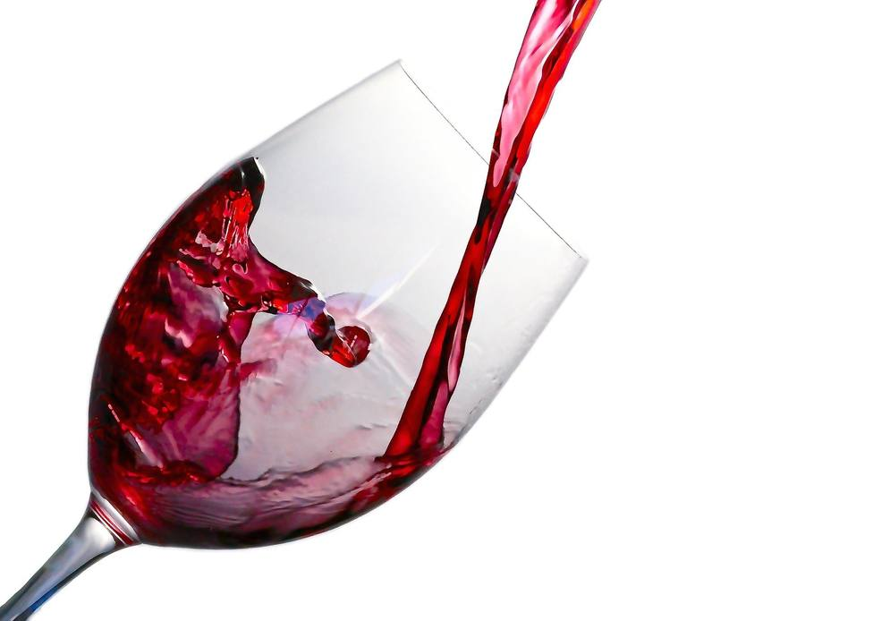 Este es el truco para eliminar una macha de vino de tu ropa