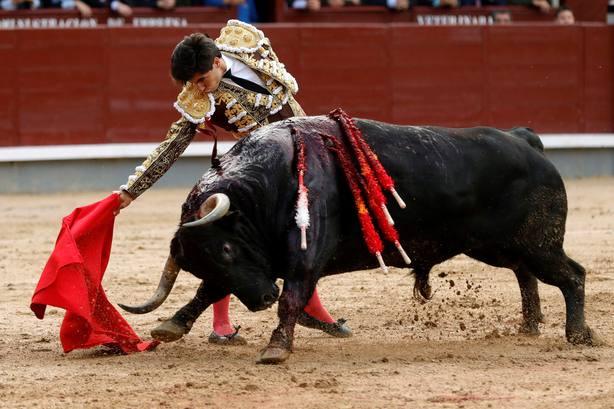 Álvaro Lorenzo durante la faena de muleta a su primer toro de Torrehandilla