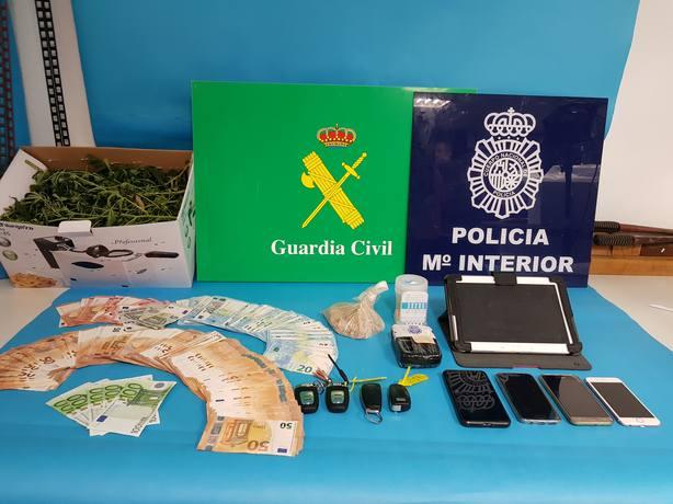 Material incautado procedente del tráfico de drogas en un registro en Vilanova de Arousa