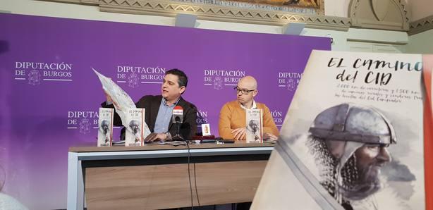 Alberto Luque, gerente del Consorcio Camino del Cid, presenta el folleto