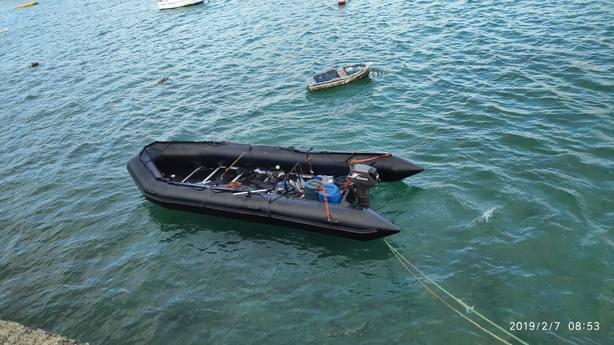 Trasladan a Algeciras a 17 hombres rescatados de una patera en El Estrecho