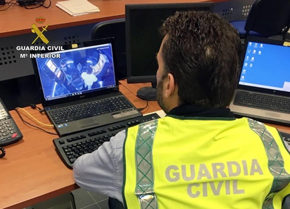 Guardia Civil detiene a una persona e investiga otra por cometer robos y hurtos por el método abrazo cariñoso
