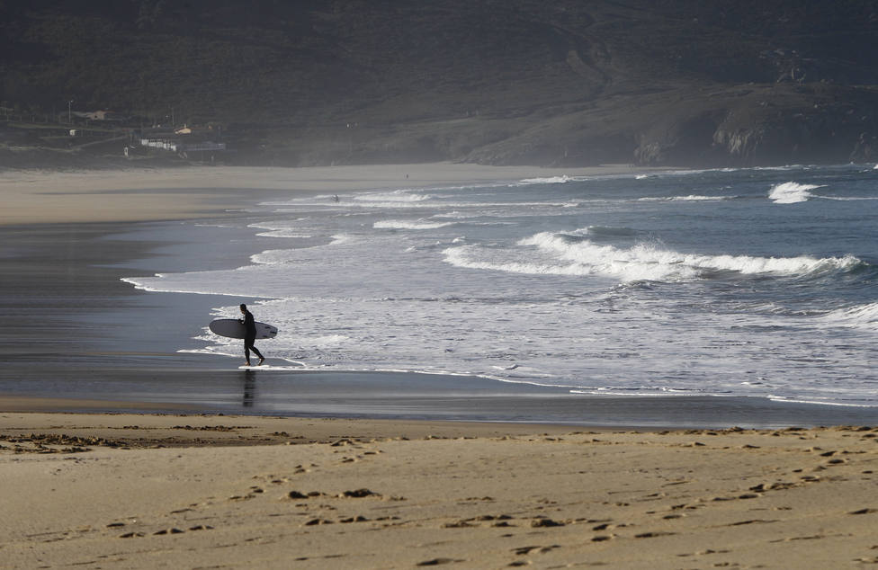 Foto de archivo con un surfista en la playa de Doniños, en Ferrol - FOTO: Efe / Kiko Delgado