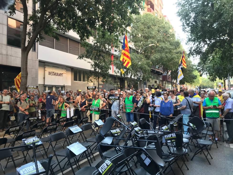 300 personas se manifiestan ante las sedes de ERC y JxCat en Barcelona al grito de traidores