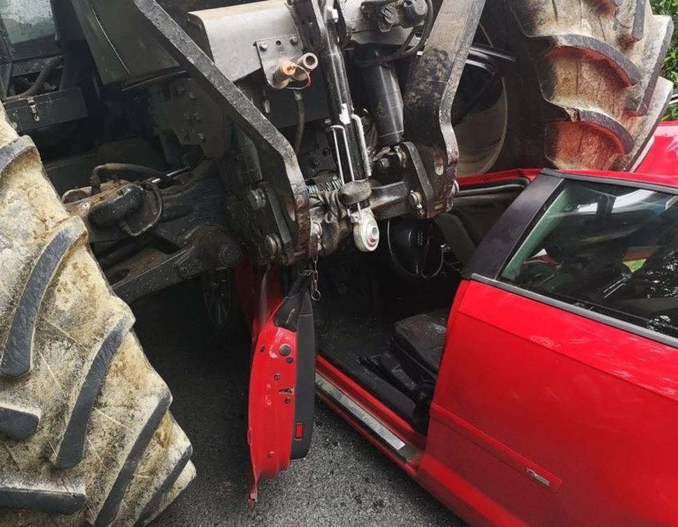 El tractor aplastó parte del techo del vehículo