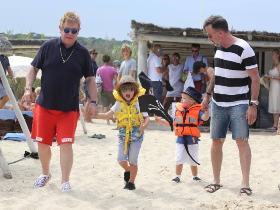 Elton John se sincera y habla de uno de sus miedos más profundos: morir sin ver crecer a sus hijos