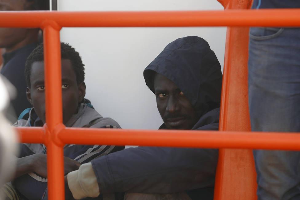 Rescatan a 80 personas de una patera de madera a diez millas de Trafalgar