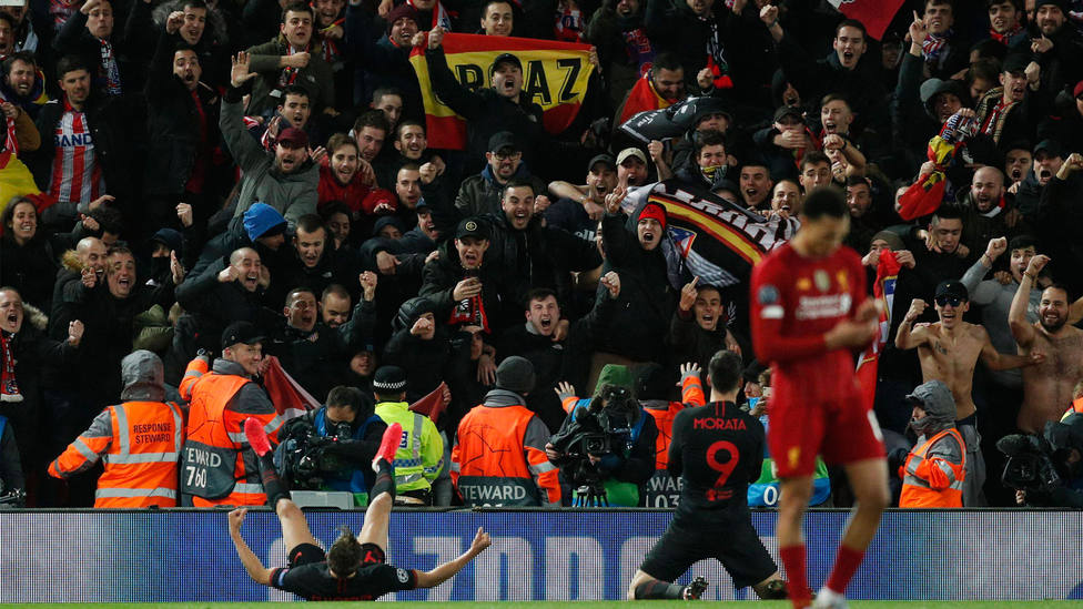Aficionados españoles en Anfield, en el partido ante el Liverpool. CORDONPRESS