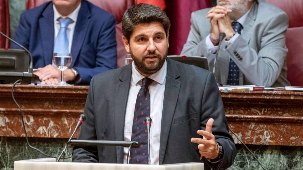 López Miras advierte que muchos de los inmigrantes que llegan a Murcia lo hacen con una PCR positiva