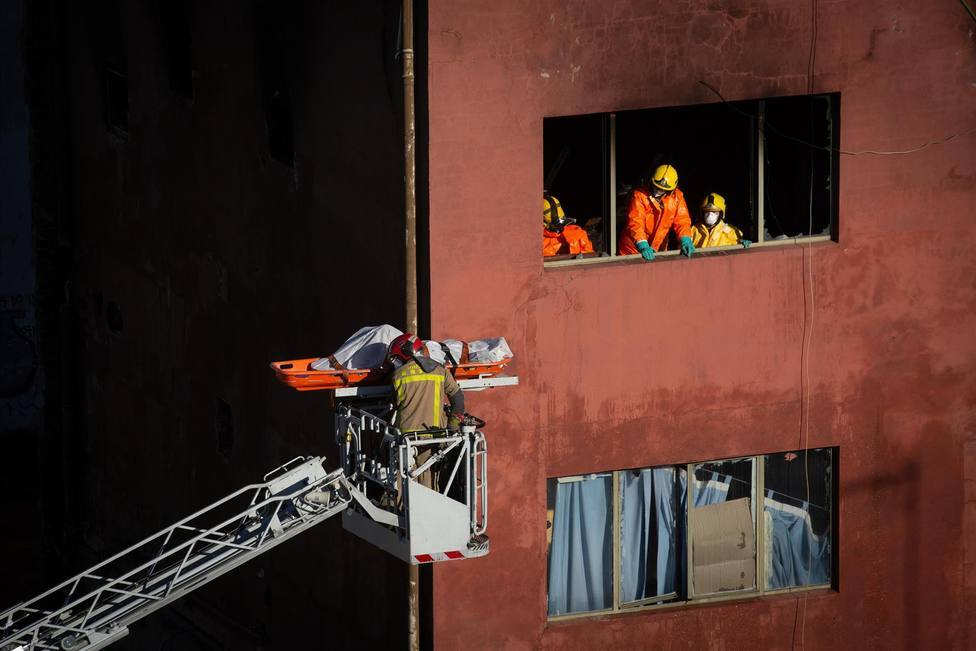 Empieza el proceso de derribo de la nave incendiada con un coste de 119.000 €