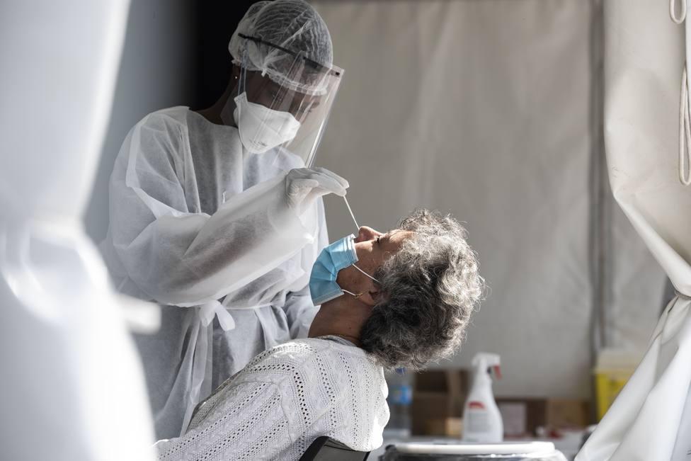 Foto de archivo de una sanitaria haciendo un test PCR - FOTO: Europa Press