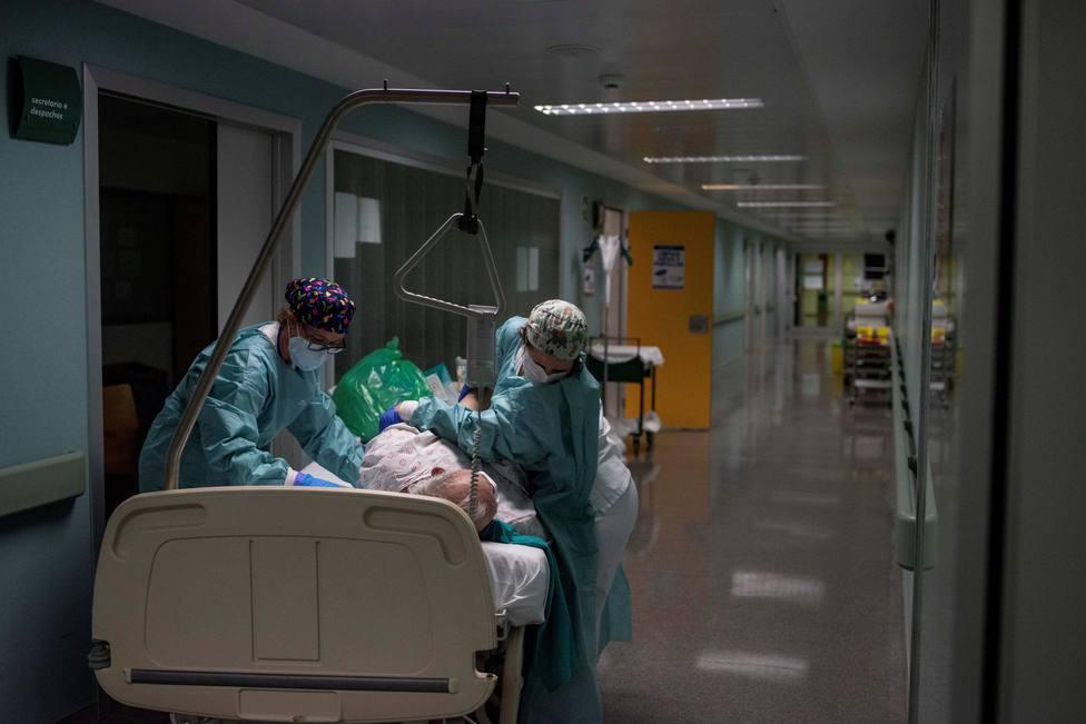 Sanitarios atendiendo a un paciente afectado por coronavirus - FOTO: EFE / Brais Lorenzo