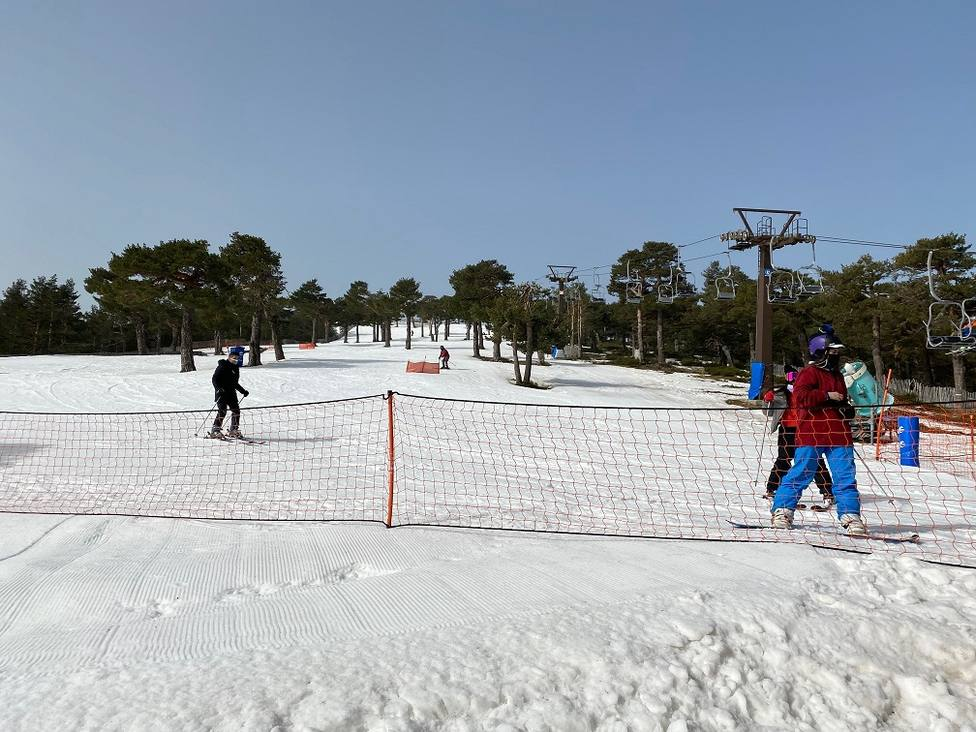 Esquiadores deslizándose este jueves por la pista de El Telégrafo