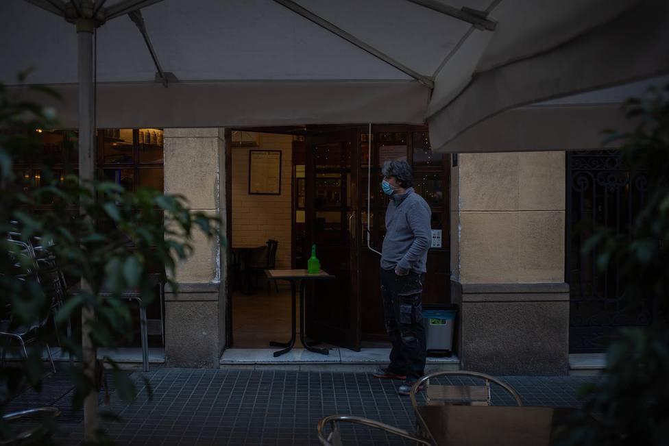 Un hombre en el exterior de un bar en Barcelona, Catalunya - David Zorrakino - Europa Press - Archivo