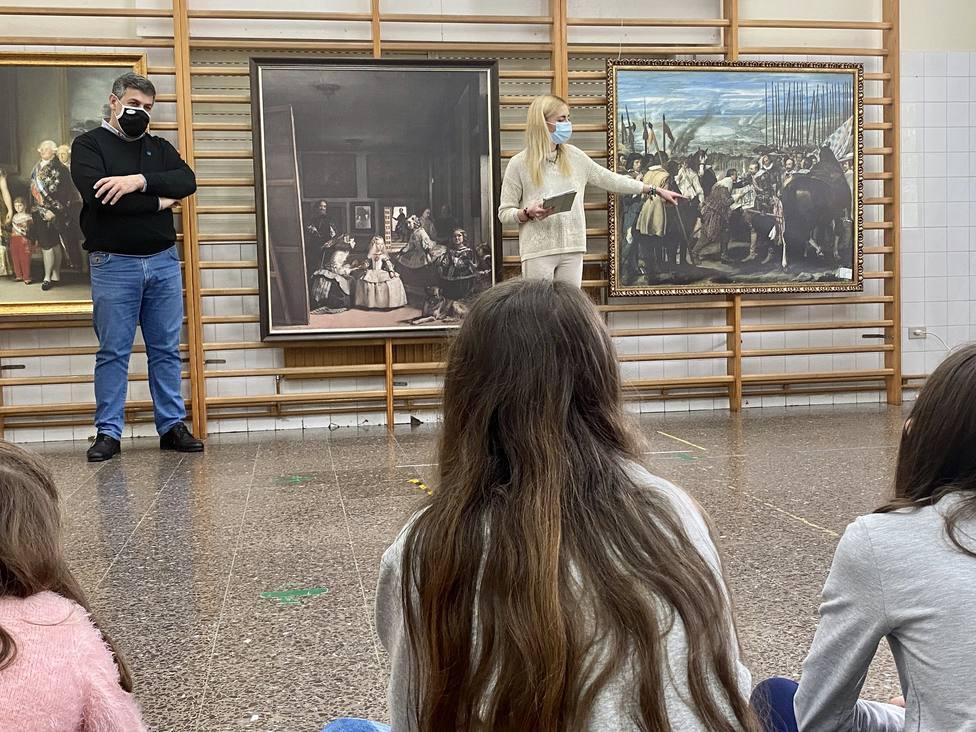 El alcalde acompañó a la creadora en la primera sesión del colegio de Maciñeira - FOTO: Concello de Neda
