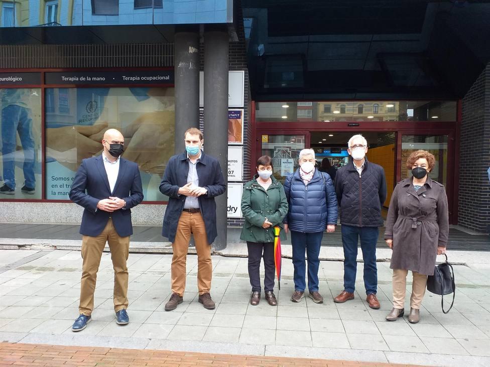 Foro Asturias compareció frente al Centro de Mayores de San Agustín con miembros de la Junta local