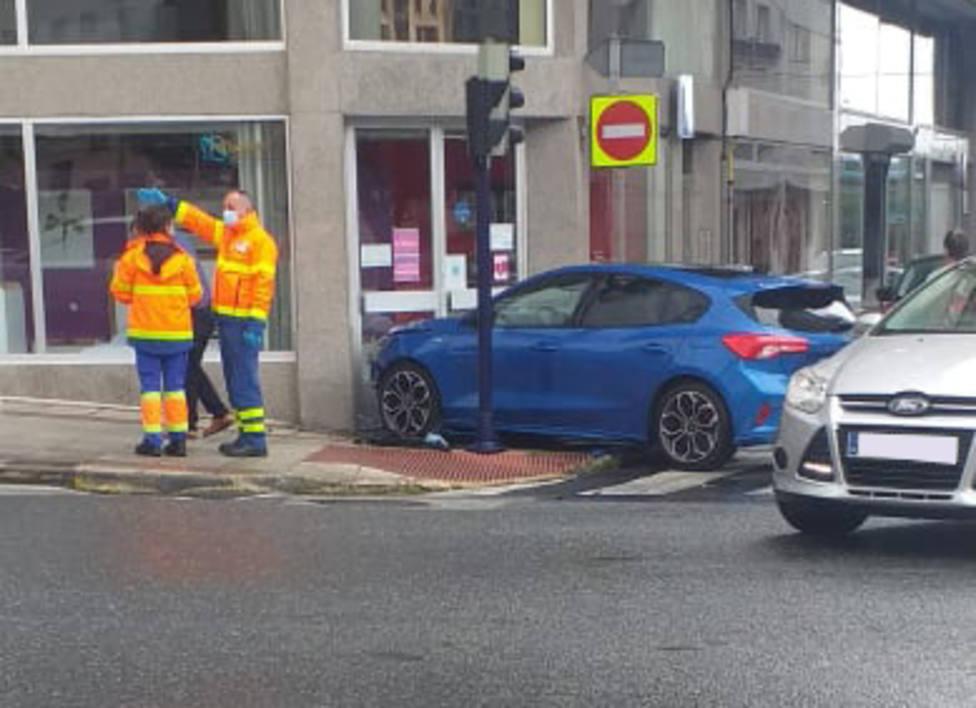 El coche acabó sobre la acera y tocando una puerta del establecimiento - FOTO: Tráfico Ferrolterra