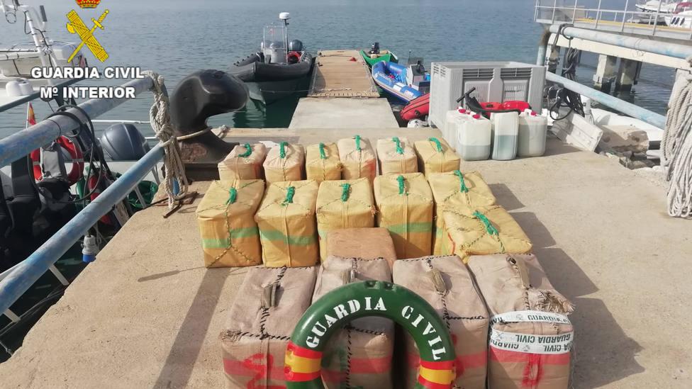 La Guardia Civil intercepta una narcolancha frente a La Rábita con 560 kilos de hachís