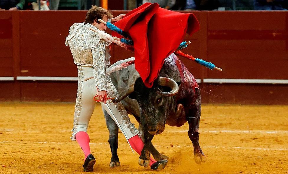 Momento de apuro de Román ante su primer toro de Adolfo Martín en Vistalegre