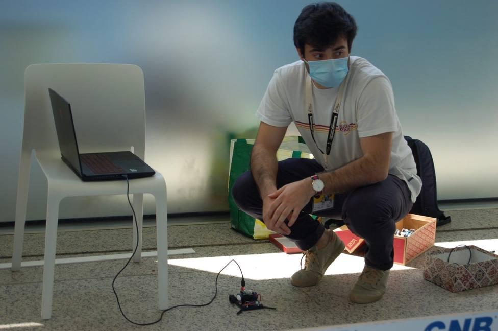 El ribadense Álvaro Martínez y su robot Pairo