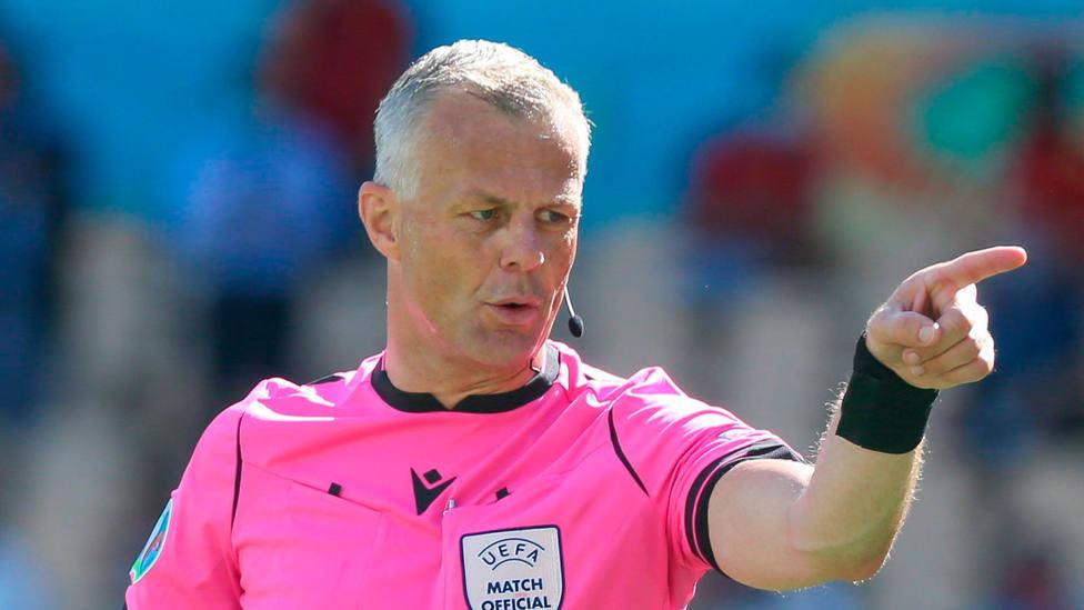 El árbitro Björn Kuipers, durante el España - Eslovaquia de la Eurocopa 2020. CORDONPRESS