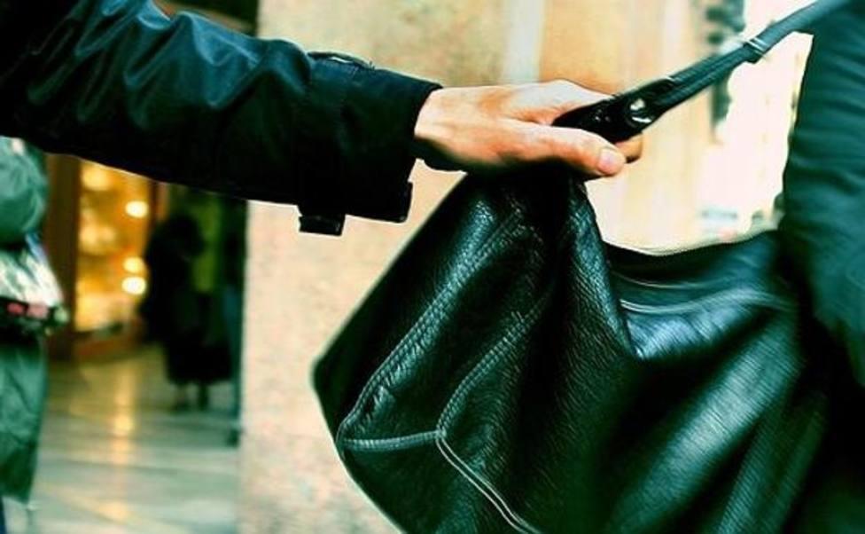 La mujer se cayó al suelo a causa de un tirón en su bolso
